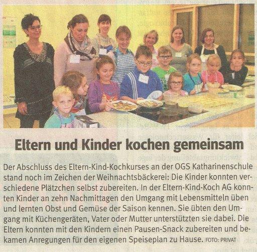 Eltern und Kinder kochen gemeinsam